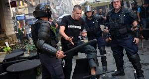 20130906-magyar-szurkolot-vesznek-korbe-rendorok11