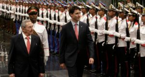Canada's Prime Minister Justin Trudeau (R) and Cuban President Raul Castro (L) review the guard of honour during a ceremony at Revolution Palace on November 15, 2016.  / AFP PHOTO / POOL / ENRIQUE DE LA OSA