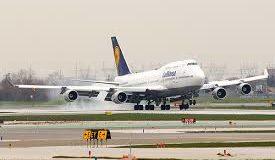 Boeing 747-es landol, Lufthansa színeiben. Fotó: Illusztráció