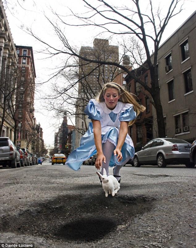 Alíz üldözi a fehér nyulat, Csodaországban. Egyébként pedig New Yorkban
